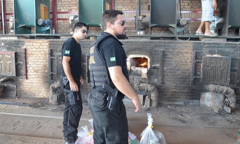 Delegado Ricardo Rodrigues (com barba), que comandou a incineração de droga em Santarém (Foto: Adonias Silva/G1)