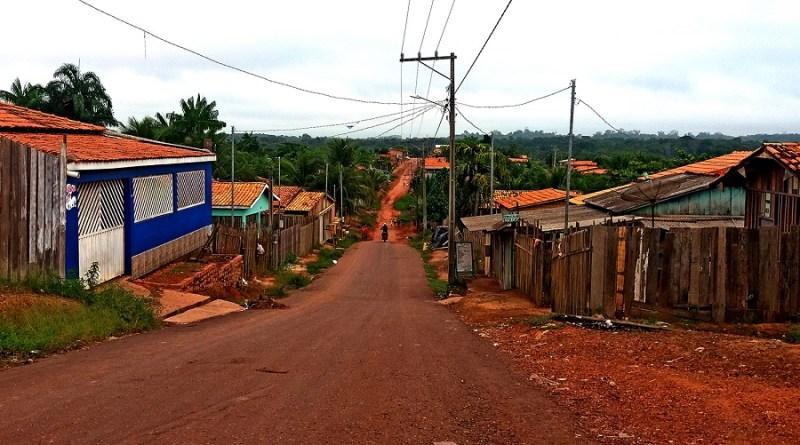 Parte de rua asfaltada na baixada do Bairro Portelinha em Tomé-Açu