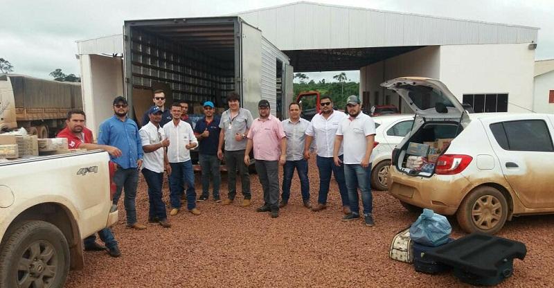 Equipe que esta em Novo Poogresso com uma camionete e cinco veículos menores para distribuir os alimentos (Foto Claudinho Leite)
