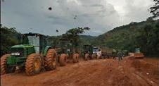 Maquinas do exercito reboca os caminhões na serra.(Foto Reprodução)