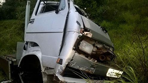 Caminhão ficou parcialmente destruito