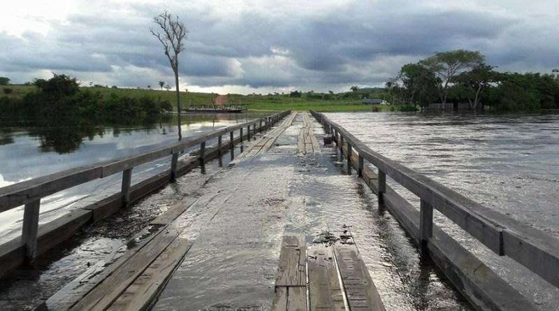 Água passa por cima de ponte em Alvorada da Amazônia
