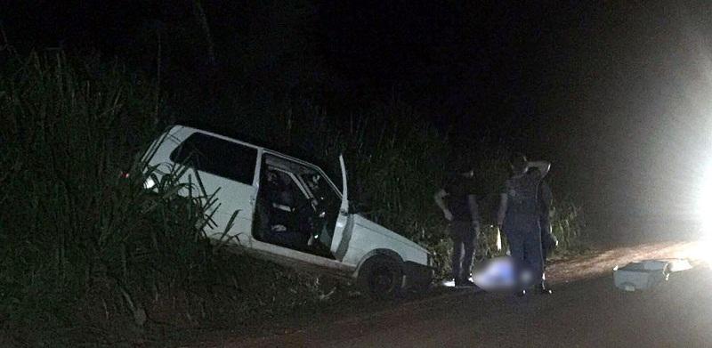 Polícia encontrou o veículo da família, um Uno de cor branca, preso em um barranco às margens da rodovia (Foto: Divulgação)