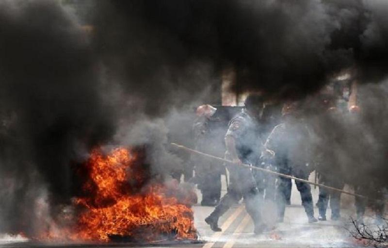 Manifestantes contrários a Lula fizeram protesto à beira da RS-324, em Passo FundoCarlos Macedo / Agencia RBS