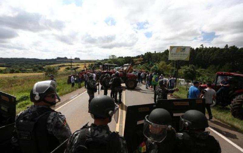 Pneus foram queimados no meio da estradaCarlos Macedo / Agencia RBS Carlos Macedo / Agencia RBS Manifestante usou um trator para bloquear a rodovia
