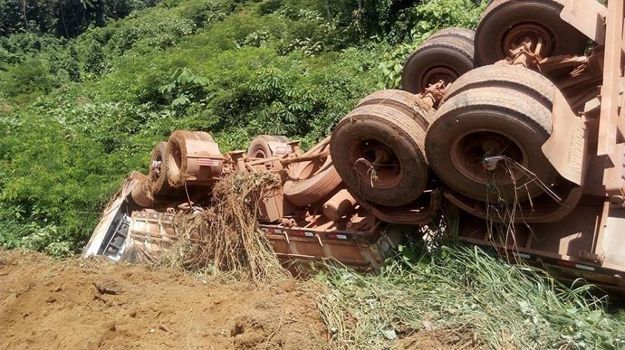 Motorista perde controle da direção e carreta carregada de soja tomba na BR 163