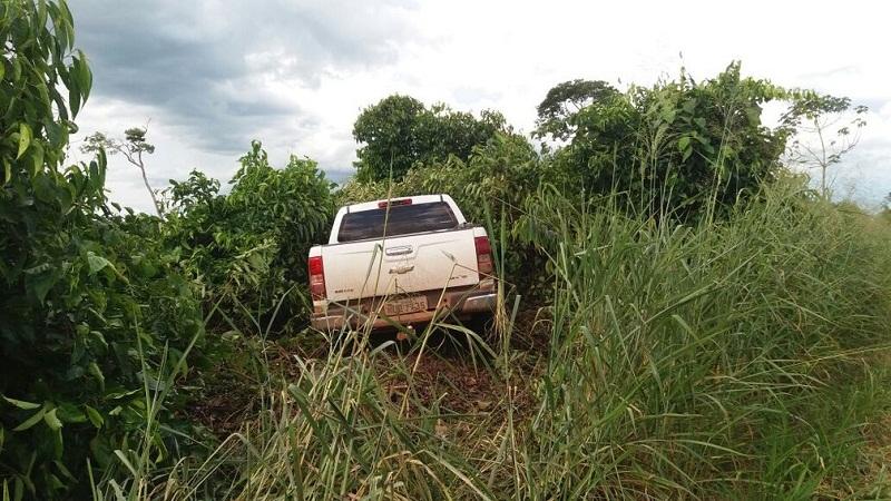 Caminhonete foi encontrada abandonada em uma área de mata, próximo de fazenda (Foto: Polícia Militar de MT/Divulgação)