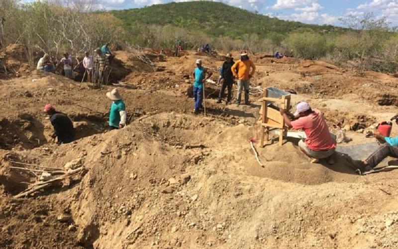 Garimpo irregular em Santaluz tem cerca de 500 pessoas (Foto: Dalton Soares/TV Bahia)