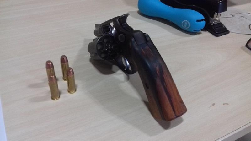 (Foto: Jailson Rosa / revolver calibre 38 e munições que estavam em posse de Tania.)
