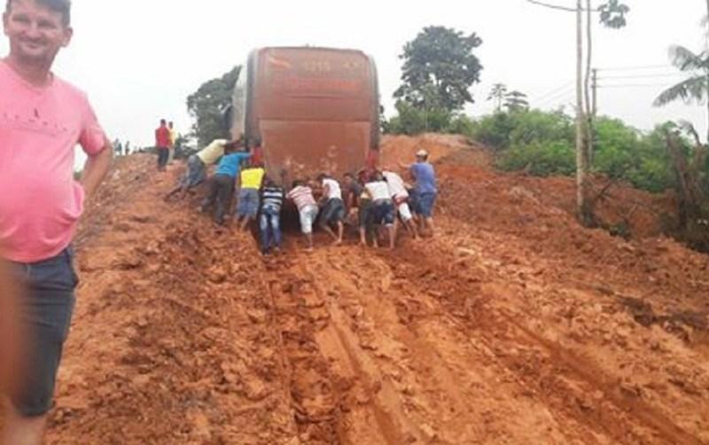 Self - passageiro faz self empurrando ônibus (Foto via WhatsApp)