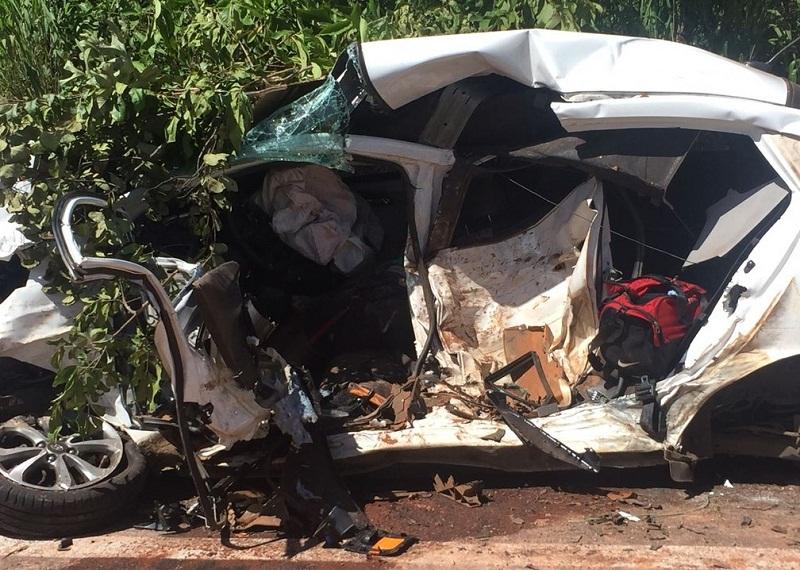 Carro de passeio ficou completamente destruído e motorista morreu no acidente (Foto: Ciopaer)
