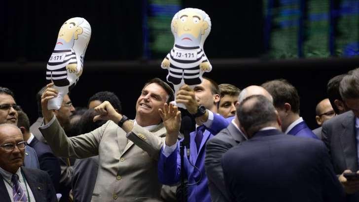 Jair Bolsonaro (esq.) e Eduardo Bolsonaro (dir.) com bonecos 'pixuleco' simbolizando o ex-presidente Lula preso: Hoje, Jair Bolsonaro (PSL) é o maior beneficiado com Lula fora do pleito(Foto Gustavo Lima / Câmara dos Deputados )