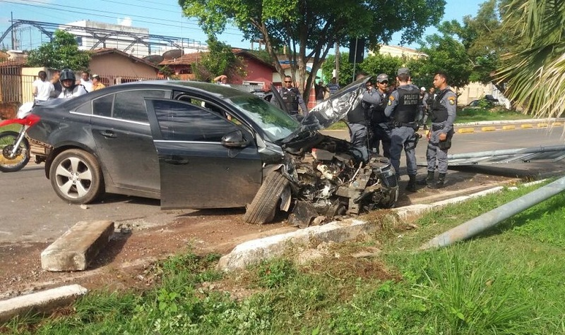 Assaltante se envolveu em acidente com carros e bateu em poste (Foto: PM/Divulgação)
