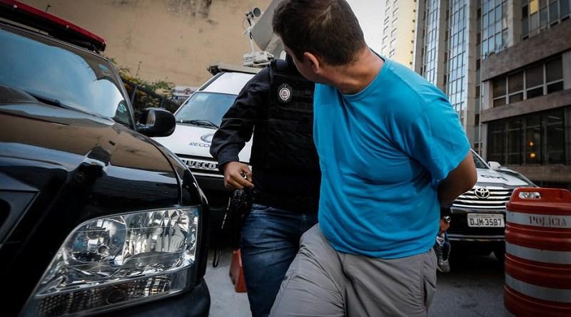FR12 SÃO PAULO - SP - 17/05/2018 - CIDADES - OPERAÇÃO LUZ DA INFÂNCIA 2 - Uma das maiores ações de combate à pornografia infantil em todo o país está em curso nesta quinta-feira (17). A Operação Luz da Infância 2 é coordenada pelo Ministério Extraordinário da Segurança Pública e acontece em 24 estados e no Distrito Federal.Cerca de 2,6 mil policiais civis estão cumprindo mais de 500 mandados de busca e apreensão de arquivos com conteúdos relacionados a crimes de exploração sexual contra crianças e adolescentes.Na foto presos chegam ao DHPP em São Paulo.  FOTO: FELIPE RAU/ESTADÃO