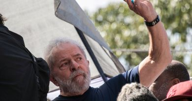 """Brazilian ex-president (2003-2011) Luiz Inacio Lula da Silva waves to supporters after  attending a Catholic Mass in memory of his late wife Marisa Leticia, at the metalworkers' union building in Sao Bernardo do Campo, in metropolitan Sao Paulo, Brazil, on April 7, 2018. Brazil's election frontrunner and controversial leftist icon said Saturday that he will comply with an arrest warrant to start a 12-year sentence for corruption. """"I will comply with their warrant,"""" he told a crowd of supporters. / AFP PHOTO / NELSON ALMEIDA"""
