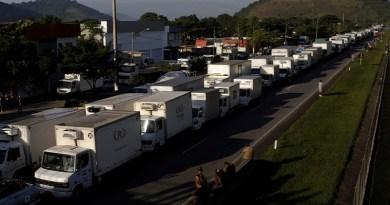 Caminhoneiros em Guapimirim em greve nacional 23/05/2018 REUTERS/Ricardo Moraes