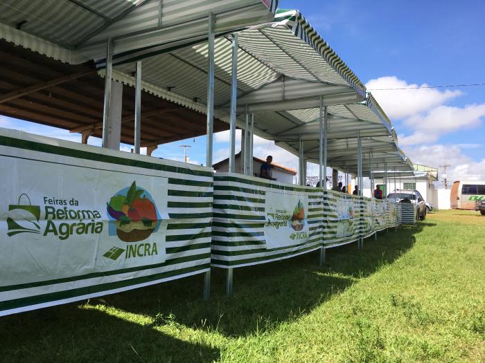 Barracas da reforma agrária em exibição durante evento no Sirsan