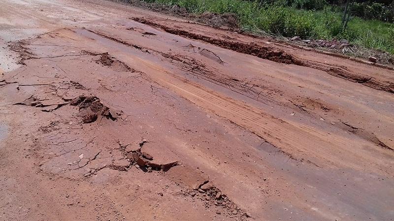Terra usada para tapar buraco na rodovia BR 163(Foto Jornal Folha do Progresso)