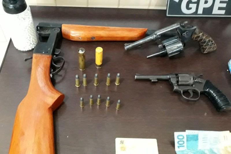 Foram apreendidas uma espingarda calibre .20 e um revólver .32, além de sete cartuchos dos mesmos calibres das armas. (Foto: Ascom Polícia Civil)