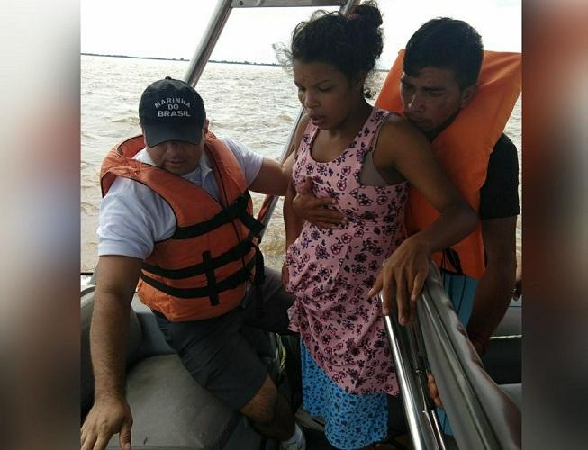 Luciana que já estava em trabalho de parto foi socorrida pela equipe de inspeção naval da Capitania Fluvial de Santarém para chegar ao hospital em segurança (Foto: Capitania Fluvial de Santarém/Divulgação)
