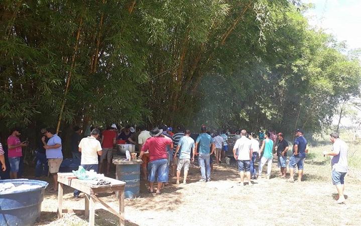 Motoristas fazem refeição no local (Foto :Ricardo Foreste)