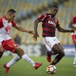 Flamengo bate Paraná e garante liderança na parada