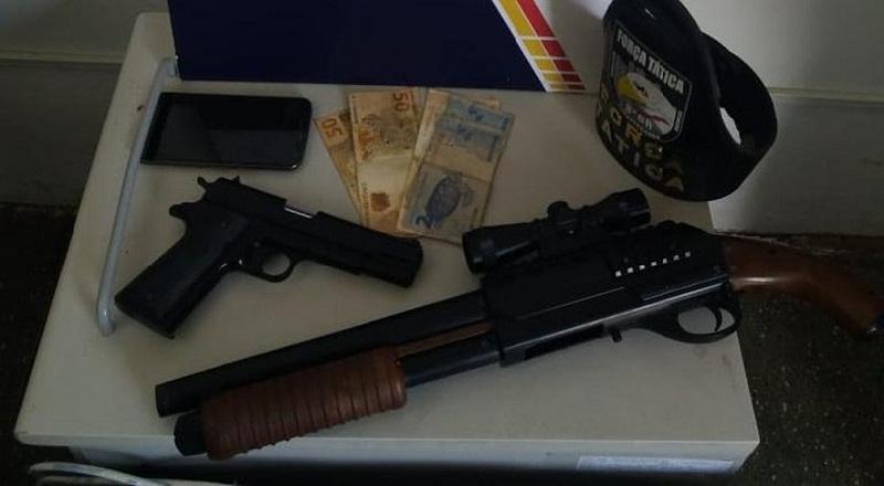 Polícia apreendeu dois simulacros de arma de fogo na casa do suspeito (Foto: PMMT)