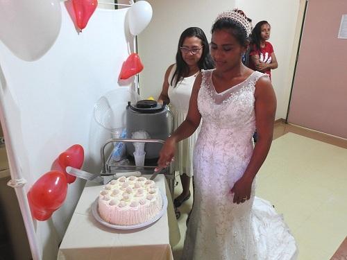 Noiva Maria Gleyce com o bolo do casamento (Foto: Ascom/HRPT)
