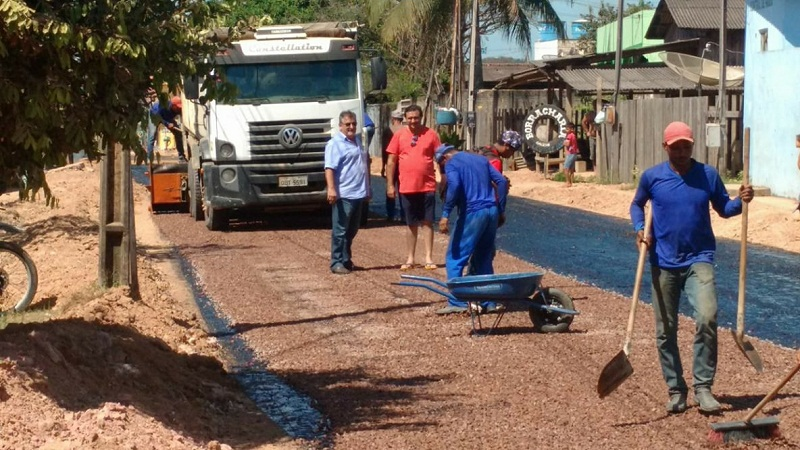 Prefeito Macarrão acompanha os serviços de asfalto
