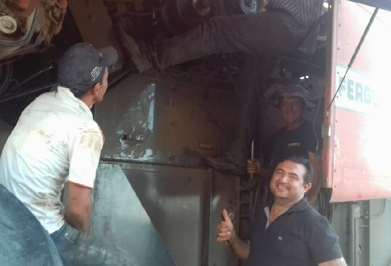 Prefeito Macarrão com funcionários na manutenção da maquina, (Foto:Jornal Folha do Progresso)