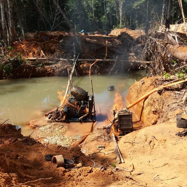 Dragas foram destruídas pela PF e Ibama (Foto: DPF/Divulgação)