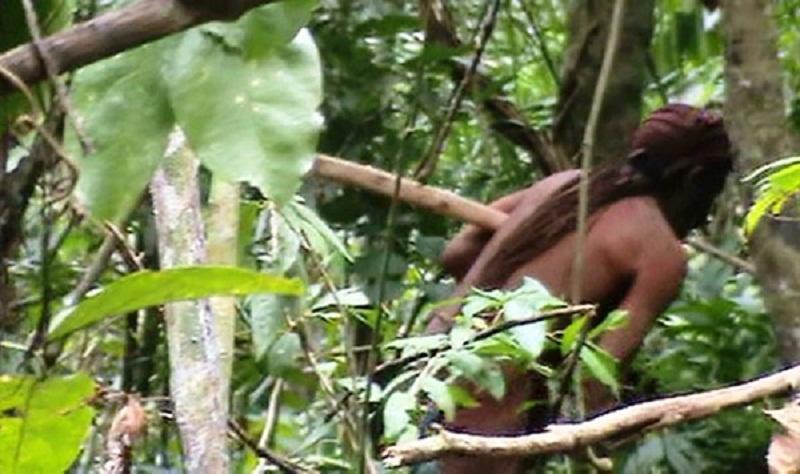 A Funai divulgou imagens inéditas de um índio isolado na floresta em Rondônia