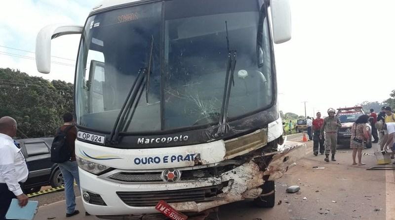 Frente do ônibus ficou destruída após batida com caminhonete na BR-163 em Belterra (Foto: Débora Rodrigues/TV Tapajós)