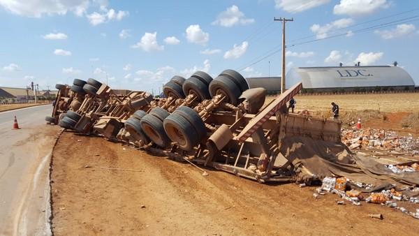 Carreta tombou na BR-163, no município de Sorriso (MT) (Foto: Lucas Torres/Portal Sorriso)