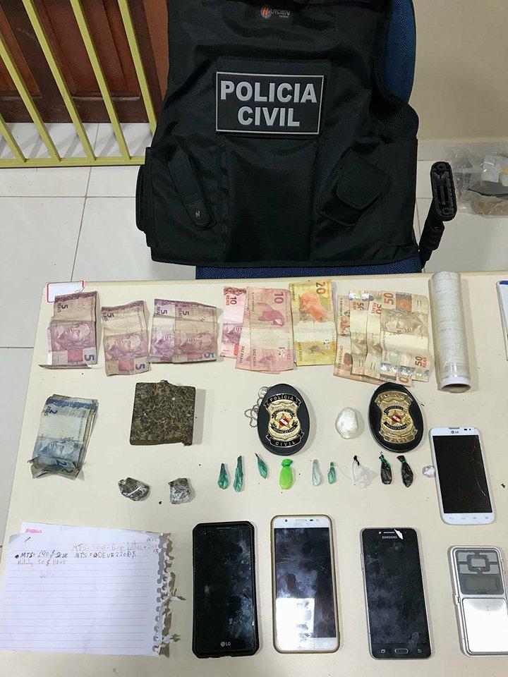 Aos serem presas na residência a policia encontrou droga [maconha e cocaína],dinheiro, documentos de contabilidade e celulares, as duas confessaram que estavam abastecendo usuários.(Foto:Divulgação Policia/WhatsApp))