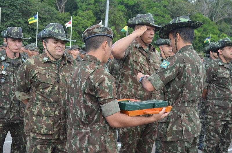 Soldados jurando bandeira durante cerimônia de 48 anos do 8ºBEC em Santarém (Foto: Geovane Brito/G1)