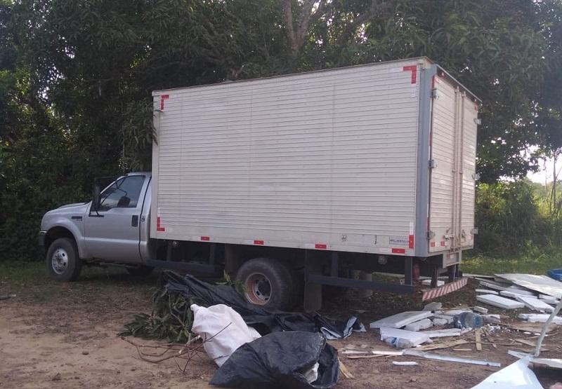 Caminhão baú que transportava a droga foi conduzido pela PRF para o município de Santarém, no Pará — Foto: Jéssica Luz/G1