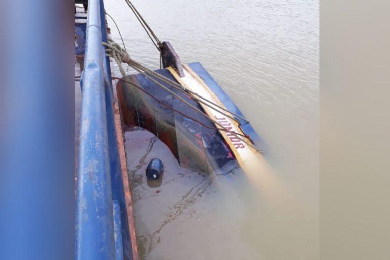 Empurrador ficou quase totalmente submerso.