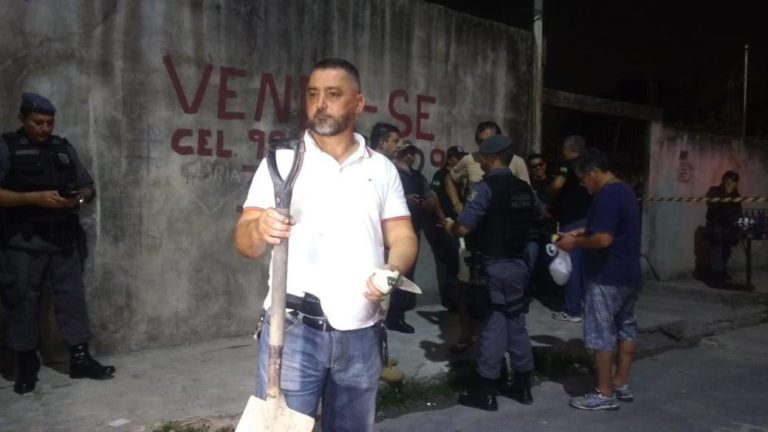 Delegado Orlando Amaral segurando a faca utilizada no crime | Foto: Elias Pedroza