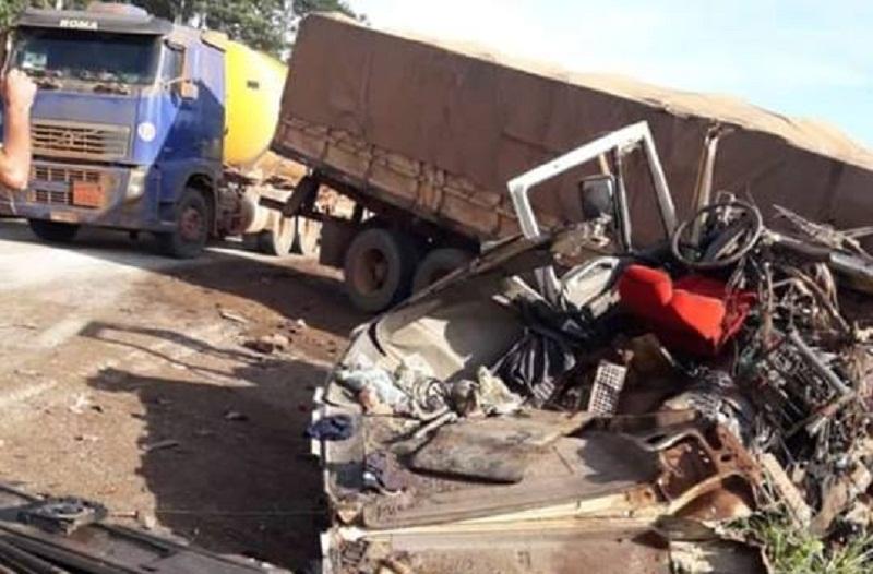PERIGO NA ESTRADA! Motorista de carreta bate em traseira de outra carreta na BR -163