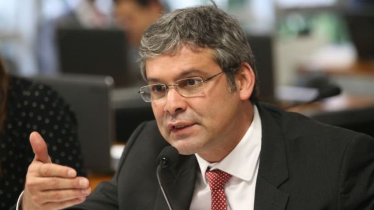 Lindbergh Farias Direito de imagem Agência Brasil Image caption Lindbergh Farias teve 1,4 milhão de votos no Rio. Ficou atrás de Flávio Bolsonaro (PSL) e Arolde de Oliveira (PSD)
