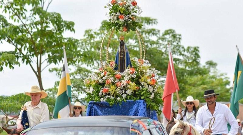Cavalgada com carreata leva imagem de Nossa Senhora Aparecida até local da Missa.