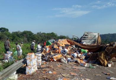 Carreta carregada de alho tomba na BR-163 entre Guarantã e PA; carga é saqueada por populares