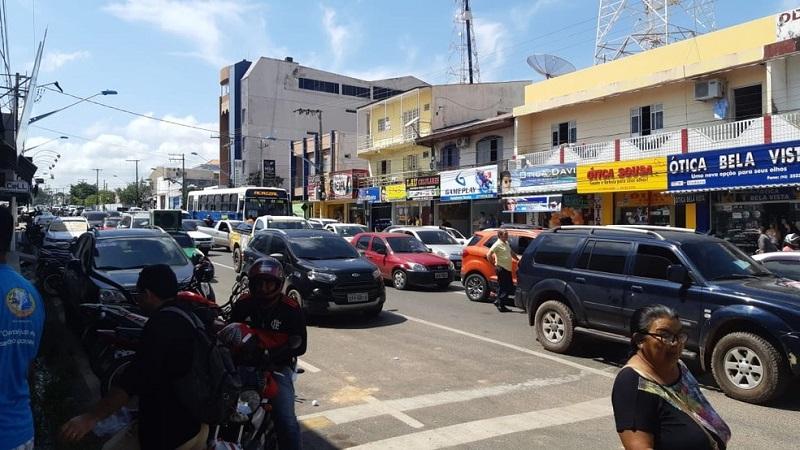 Trânsito ficou pararado por cerca de meia hora para chamar atenção para os valores cobrados pela conta de luz — Foto: Tracy Costa/G1