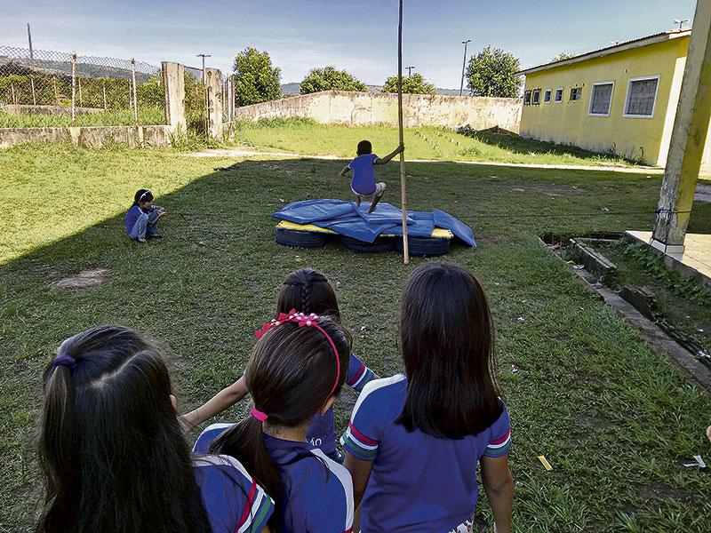 Professora ressignificou as aulas de Educação Física com materiais descartáveis (Foto: Divulgação)