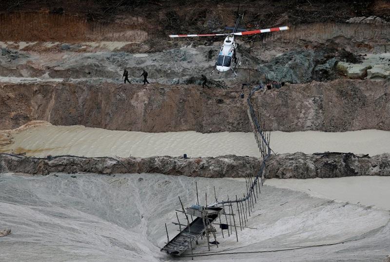 1O projeto do Ibama rastreia todas as minas ilegais na floresta amazônica, que se estende por Brasil, Venezuela, Colômbia, Peru, Equador e Bolívia. Na foto, uma vista aérea de uma mina ilegal de cassiterita nos parques nacionais de Novo Progresso, no Estado do Pará, em 4 de novembro de 2018. RICARDO MORAES REUTERS