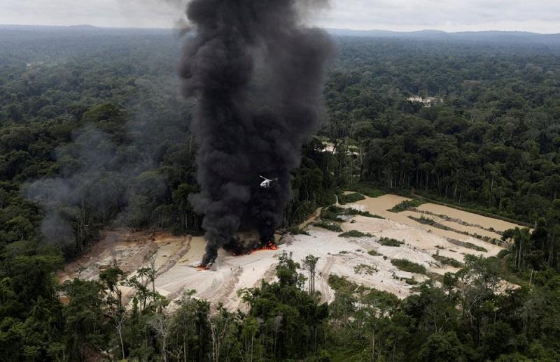Incêndio controlado em mina ilegal de ouro nos parques nacionais de Novo Progresso, durante operação realizada pelo Instituto Brasileiro do Meio Ambiente (Ibama), em que máquinas e diversos acampamentos foram destruídos em uma mina ilegal de ouro. RICARDO MORAES REUTERS