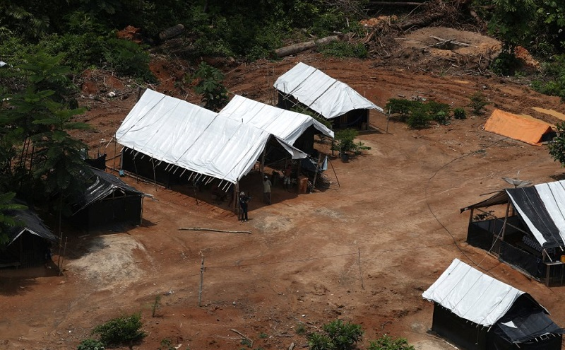 Um acampamento de mineiros em uma mina de ouro ilegal em Novo Progresso, em 5 de novembro de 2018. RICARDO MORAES REUTERS