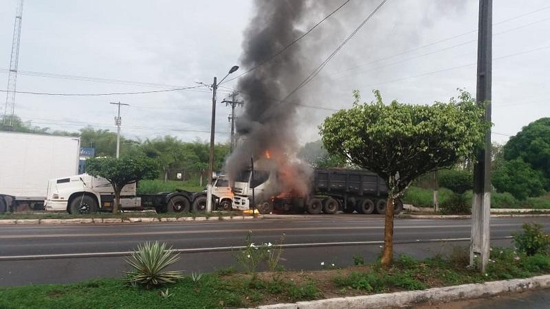 Queda de raio causa combustão em dois caminhões na BR-316. — Foto: Divulgação / PRF