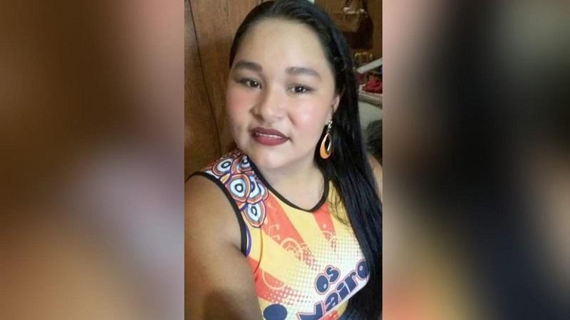 Jovem morre após ser ferida por 28 golpes de faca; o marido, suspeito do crime, está foragido